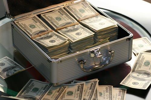 公務員の給料表に基づく年収や退職金